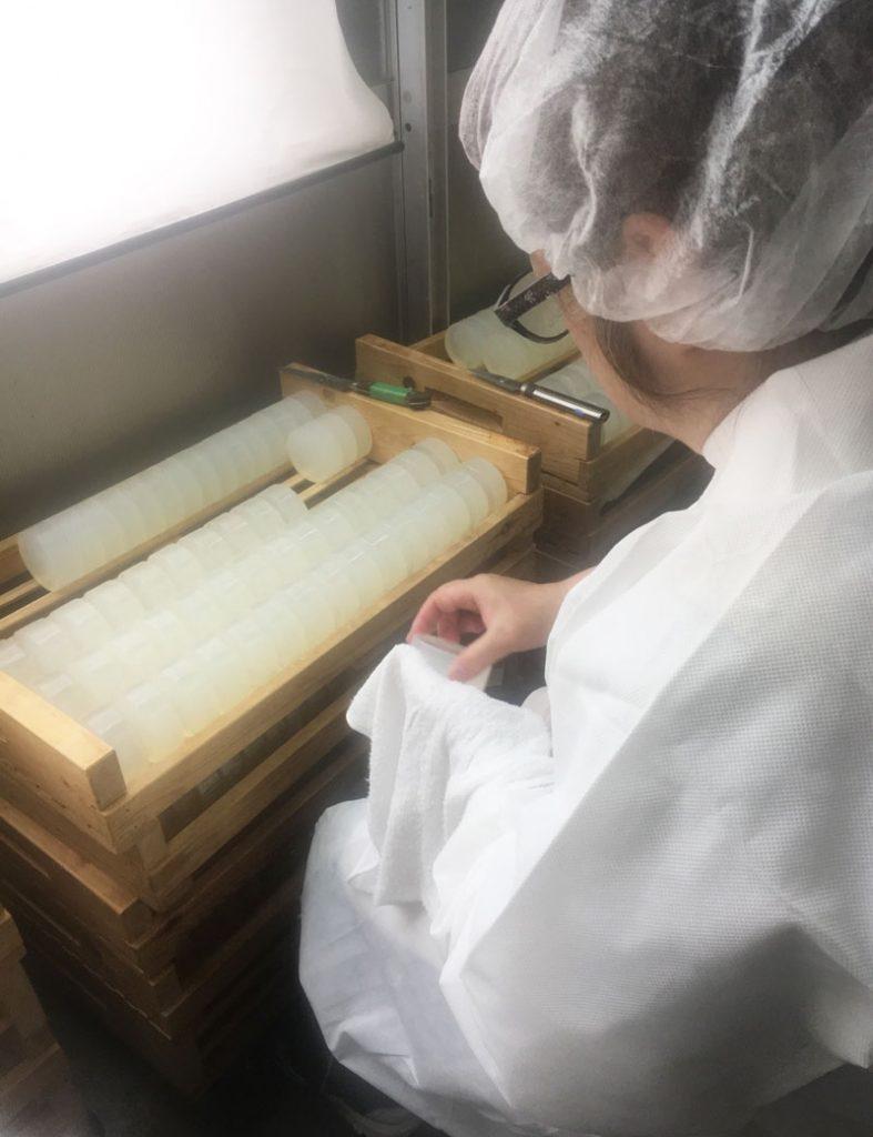 デリケートゾーンケア。デリケートゾーン石鹸は、枠練り製法でじっくり時間をかけて製品化されています。職人が1つ1つ丁寧に仕上げます。